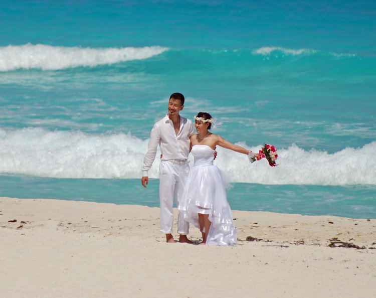 An image of a bride and groom on the beach in Cancun